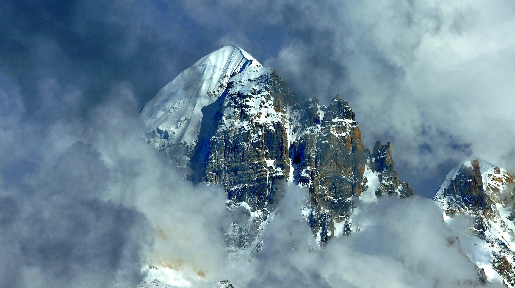 Misty mountains, photo by Pixabay user himalayadestination: https://pixabay.com/photos/mountains-climb-mountaineer-3970320/